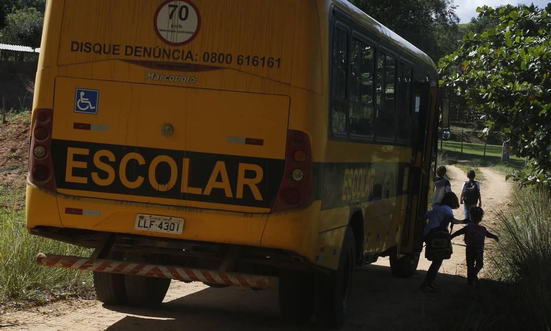 Em Santo Antônio de Pádua, criancas desembarcam do ônibus fretado pela prefeitura que faz o transporte escolar Foto: Antonio Scorza / Agência O Globo