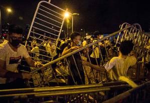 Manifestantes protestam contra a lei de extradição de Hong Kong nesta segunda-feira Foto: ISAAC LAWRENCE / AFP