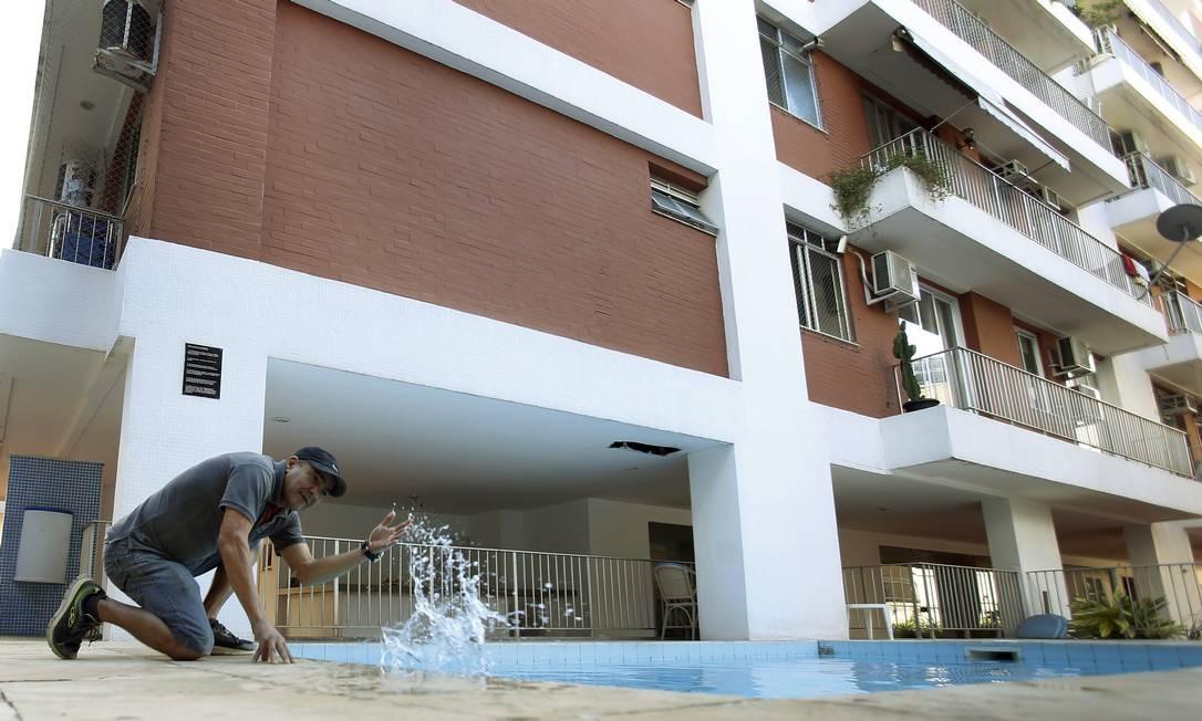 Ex-porteiro Manoel Firmino na piscina do prédio Foto: Antonio Scorza