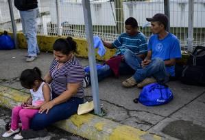 Imigrantes centro-americanos aguardam a resposta ao pedido de asilo ou visto humanitário na ponte entre Guatemala e México Foto: PEDRO PARDO / AFP
