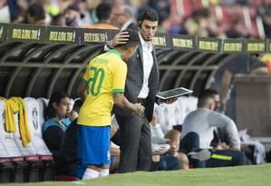 Matheus Bachi passa instruções para Firmino entrar na partida contra Honduras Foto: Lucas Figueiredo/CBF