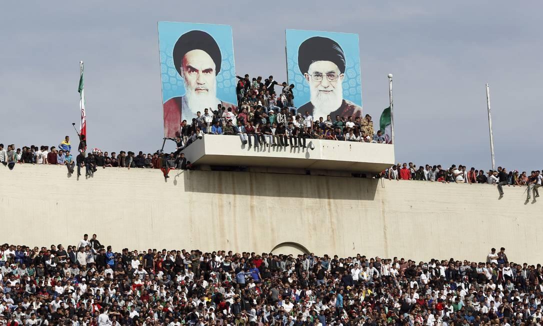 Estádio lotado em Teerã para partida das eliminatórias da Copa do Mundo de 2018 entre Irã e China: mulheres não podem frequentar partidas no país muçulmano Foto: AP