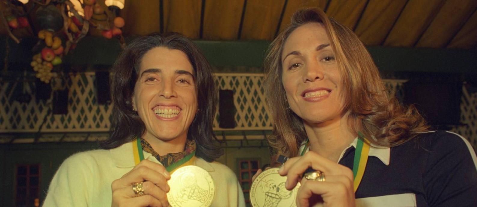 Paula e Hortência exibem a medalha do Mundial de basquete logo após a conquista em 1994 Foto: Marcos Issa (arquivo)