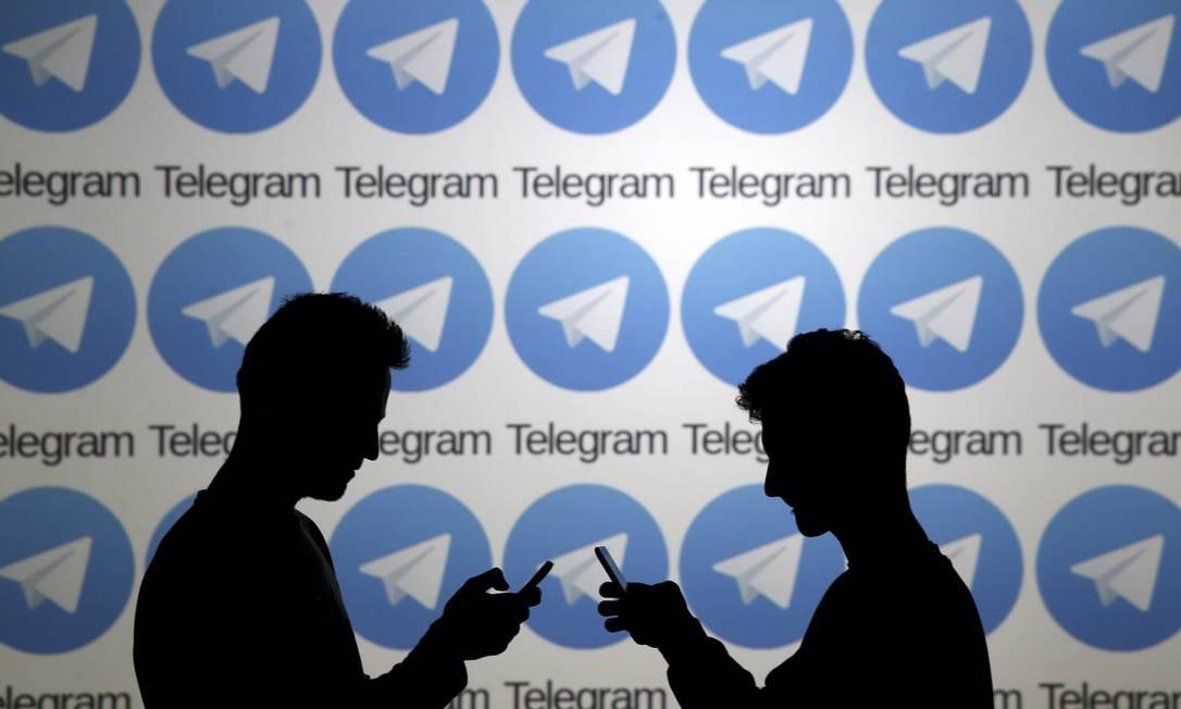 Homens posam diante de painel com logotipos do aplicativo Telegram Foto: DADO RUVIC 18-11-2015 / Reuters