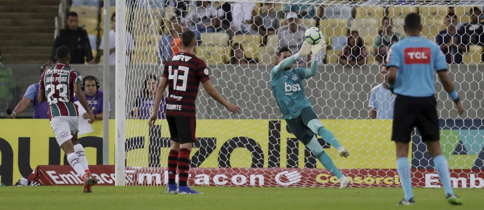 Goleiro Diego Alves brilhou no empate sem gols com o Fluminense, no domingo Foto: MARCELO THEOBALD / Agência O Globo