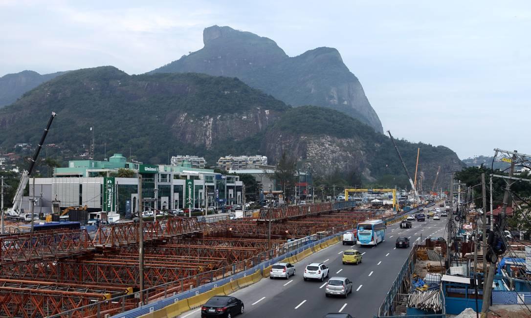 Estação Jardim Oceânico em construção: parada foi inaugurada em 2016 Foto: Ângelo Antônio Duarte / Agência O Globo