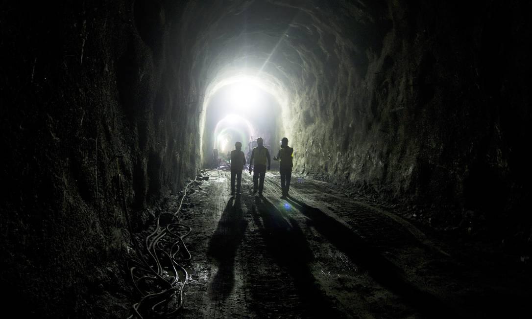 Homens trabalham nas obras do metrô em 2012 Foto: Eduardo Naddar / Agência O Globo