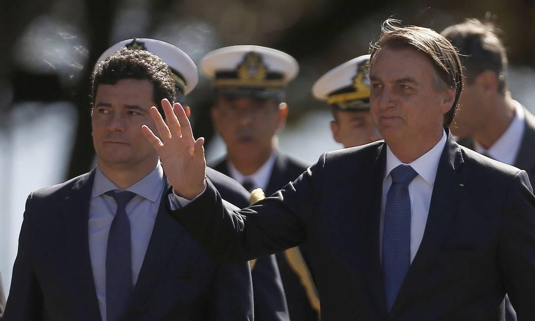 Presidente Jair Bolsonaro acena para apoiadores ao lado do ministro Sergio Moro Foto: Jorge William / Agência O Globo