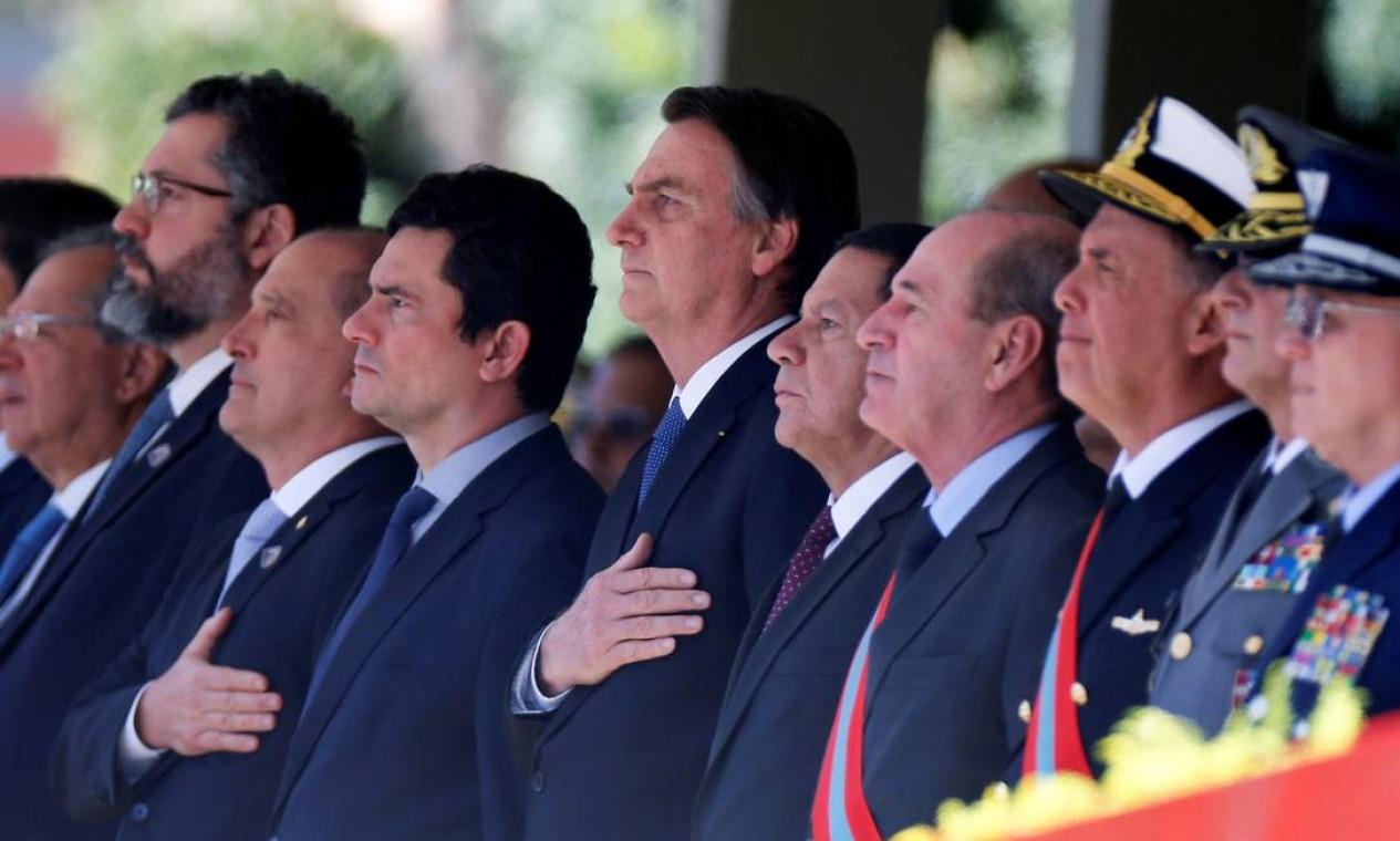 Jair Bolsonaro canta o hino ao lado do ministro Sergio Moro. Vice-presidente Hamilton Mourão e ministros Paulo Guedes, Onyx Lorenzoni e Ernesto Araújo também participaram de cerimônia Foto: ADRIANO MACHADO 11-06-2019 / REUTERS
