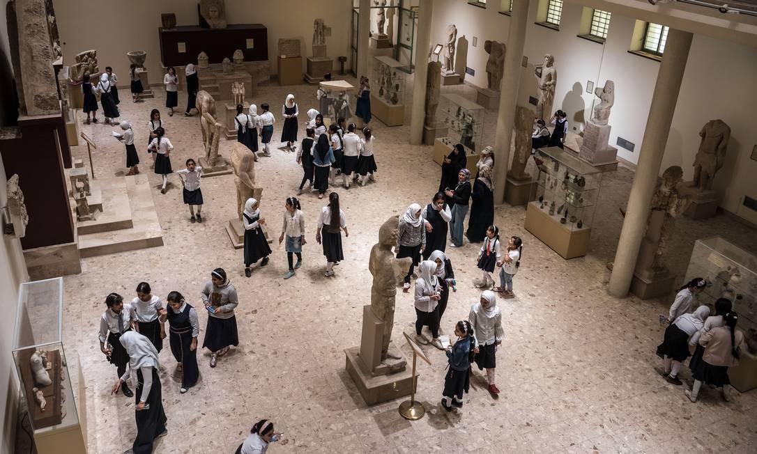 Estudantes e outros visitantes caminham por saguão do Museu do Iraque, que luta para se conectar com as novas gerações Foto: SERGEY PONOMAREV / NYT