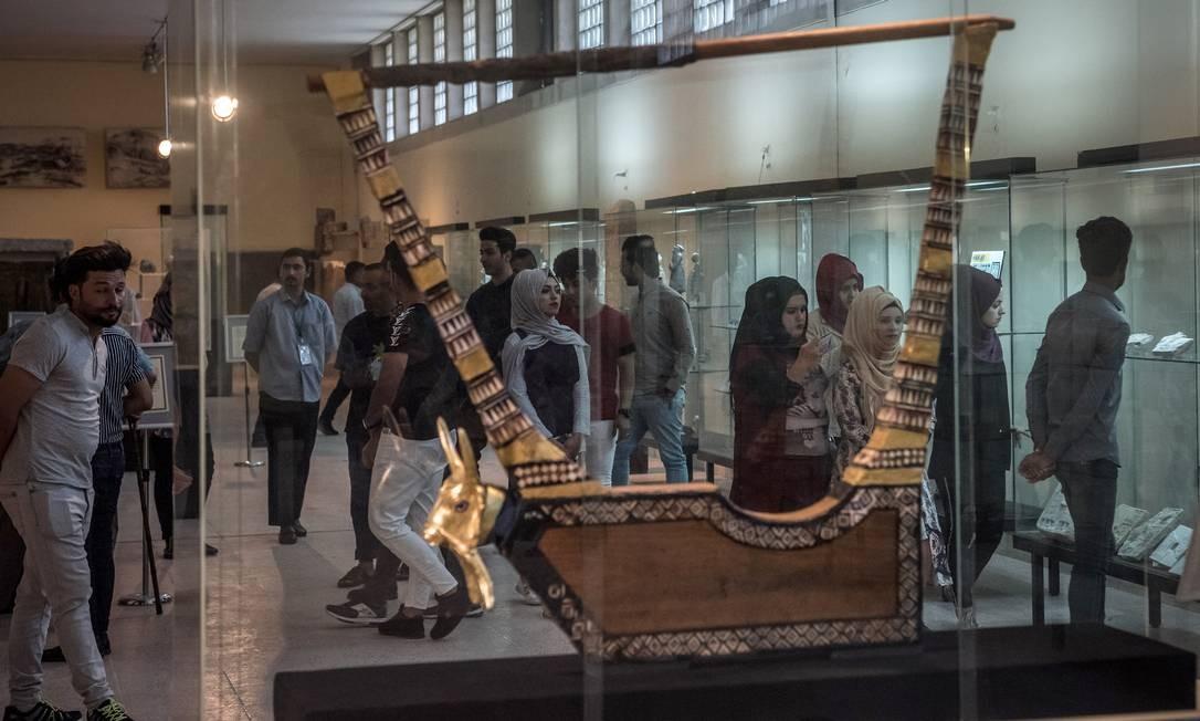 A Lira de Ouro de Ur, um instrumento musical de 4500 anos incrustado com ouro, prata e cornalina, que integra o acervo do Museu do Iraque Foto: SERGEY PONOMAREV / NYT
