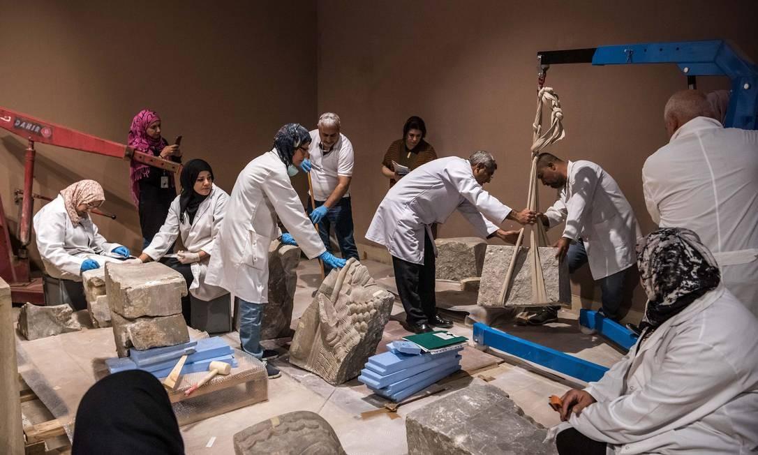 Em 2019, equipe de cientistas do Museu do Iraque trabalha para restaurar obra encontrada durante escavação Foto: SERGEY PONOMAREV / NYT