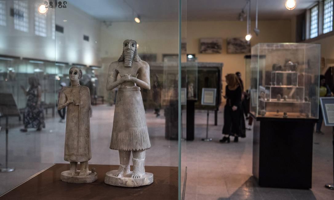 Estátuas que datam do período entre 2800 a.C. e 2600 a. C. no Museu do Iraque Foto: SERGEY PONOMAREV / NYT