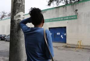 Jovem espera saída de namorado do centro Dom Bosco Foto: Pablo Jacob em 11/06 / Agência O Globo