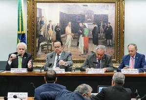 O presidente da Petrobras, Roberto Castello Branco (à esquerda), durante audiência na Câmara Foto: Will Shutter/Câmara dos Deputados