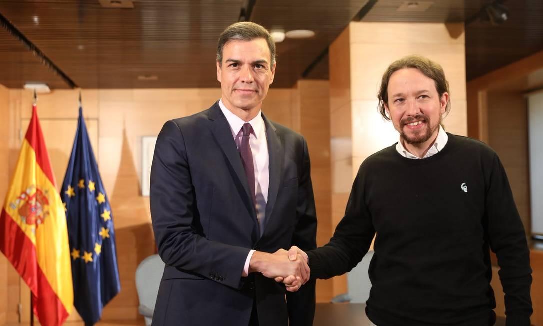 O primeiro-ministro espanhol, Pedro Sanchéz, cumprimenta Pablo Iglesias, secretário-geral do Podemos, após encontro Foto: Reprodução/Twitter