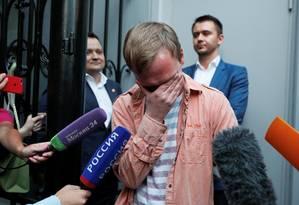 Jornalista russo Ivan Golunov chora após ser libertado nesta terça-feira, em Moscou. As acusações de tráfico de drogas, que motivaram a prisão dele na semana passada, foram retiradas pela justiça. Policiais que participaram da prisão dele foram suspensos. Foto: SHAMIL ZHUMATOV / REUTERS