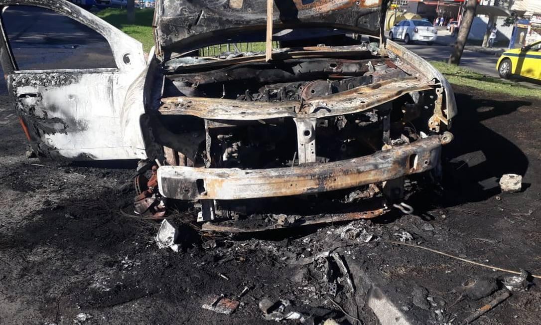 Carro foi tomado pelas chamas, mas Mestre Paulinho conseguiu escapar. Polícia apura o caso Foto: Reprodução