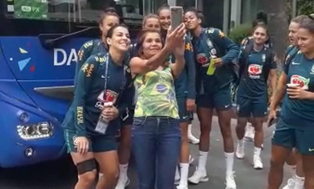 Torcedora Sue Car tira foto com jogadoras brasileiras em Montpellier Foto: Tatiana Furtado