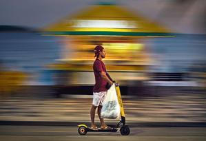Sem regulamentação: homem passeia de patinete por Ipanema. Proposta que depende de sanção do governo para virar lei só permite o uso de equipamento em calçadas, ciclovias e ciclofaixas Foto: Alexandre Cassiano / Agência O GLOBO