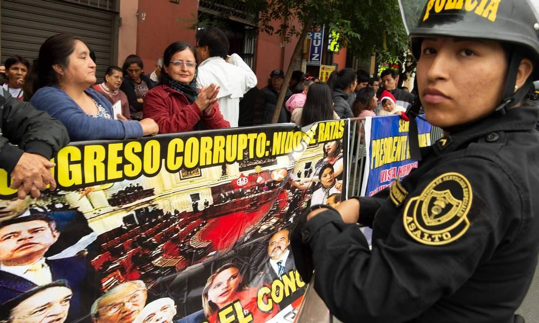 Protesto contra corrupção diante do Congresso Nacional peruano em Lima. Escândalo de propinas pagas pela Odebrecht provocou uma tempestade na vida política peruana, envolvendo até 4 ex-presidentes e centenas de funcionários públicos Foto: CRIS BOURONCLE / AFP