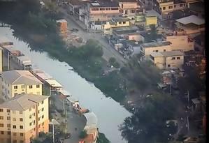 PM irá auxiliar a prefeitura do Rio na demolição de construções irregulares às margens do rio na Avenida Cidade de Deus Foto: Reprodução/ TV Globo