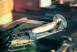 Helicóptero da Polícia Militar participa de operação na Cidade de Deus Foto: Reprodução/ TV Globo