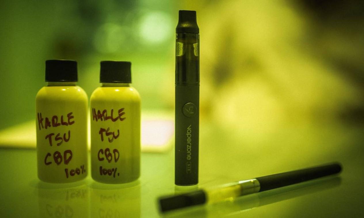 A maconha medicinal pode sder consumida em gotas ou pode ser inalada. Foto: Fábio Seixo / Agência O Globo