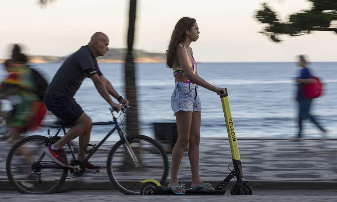 Adolescente passeia de patinete pela zona sul Foto: Alexandre Cassiano / Agência O Globo