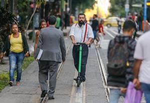 Alerj aprova lei que regulamenta uso de patinetes elétricos. Na foto, usuários de patinetes na Avenida Rio Branco, próximo ao edifício Central Foto: Marcelo Regua / Agência O Globo