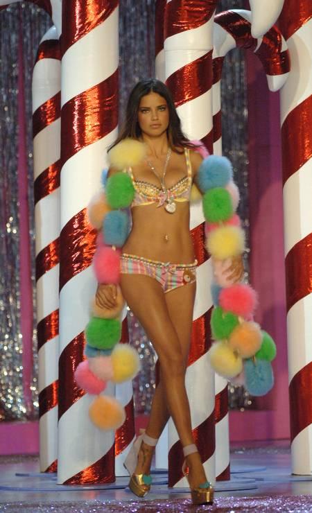 Adriana Lima na passarela da Victoria's Secret, em 2005 Foto: KMazur / WireImage for Full Picture