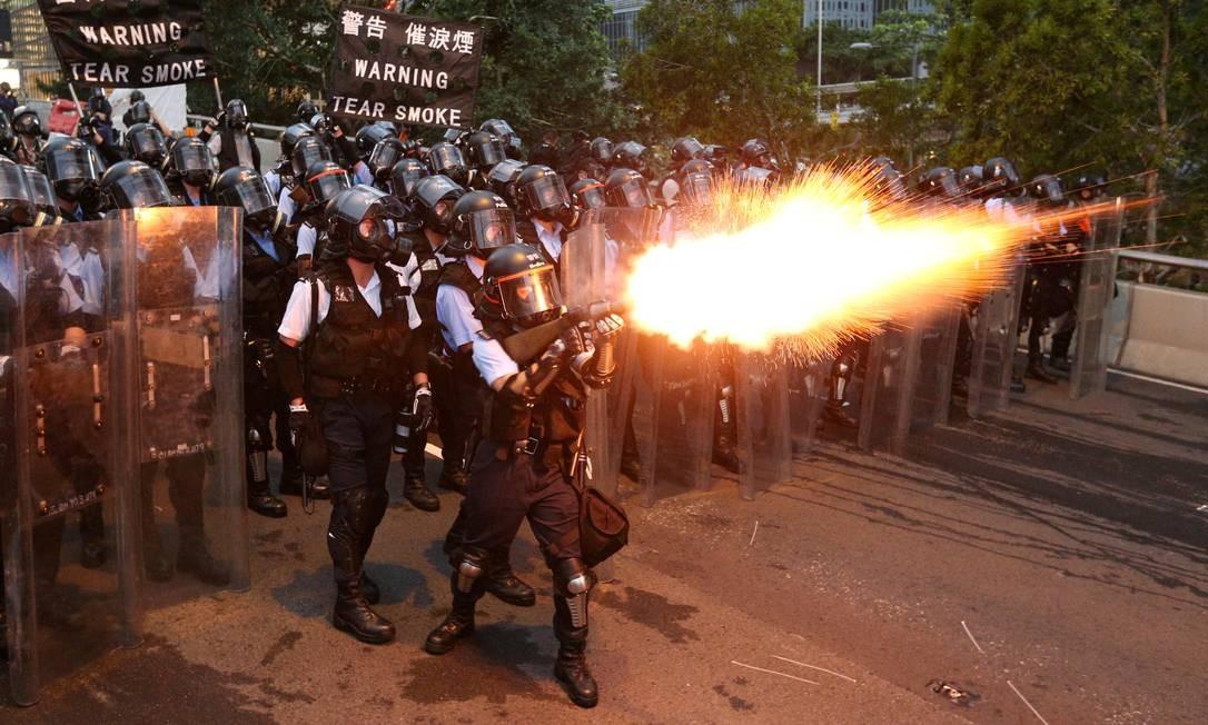 Policiais atiram gás lacrimogêneo contra manifestantes em Hong Kong, que protestavam contra um decreto proposto sobre mudanças nas leis de extradição Foto: Athit Perawongmetha / REUTERS