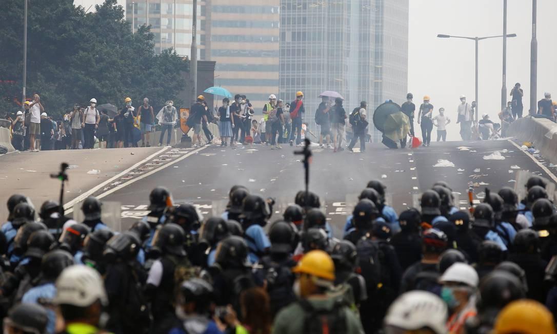Manifestantes reagem contra a polícia, em Hong Kong Foto: Thomas Peter / REUTERS