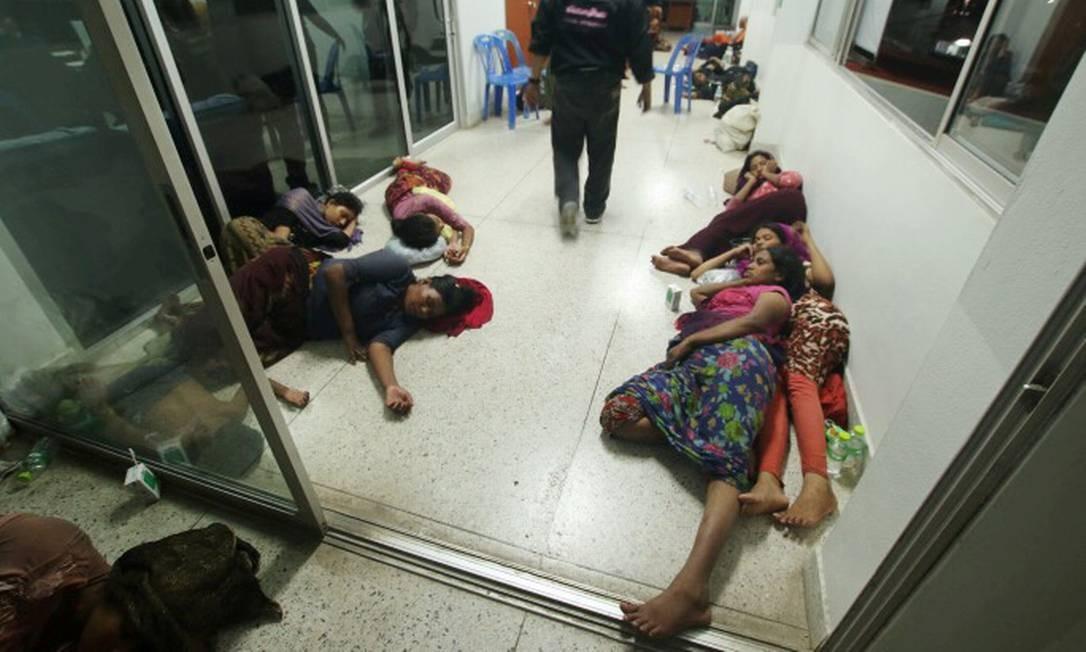 Muçulmanos rohingyas foram levados a uma delegacia da província da Satun, na Tailândia, após serem resgatados de um barco naufragado na costa sul do país. Mais de 60 refugiados estavam na embarcação que partiu de Mianmar. Foto: Surapan Boonthamon / REUTERS