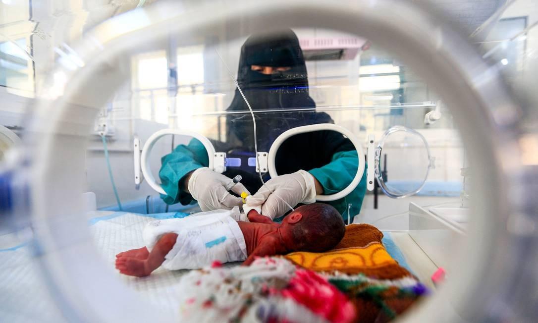 Bebê prematuro recebe cuidados em unidade de terapia intensiva neonatal do Hospital Materno al-Sabeen em Sanaa, capital do Iemen. Foto: MOHAMMED HUWAIS / AFP