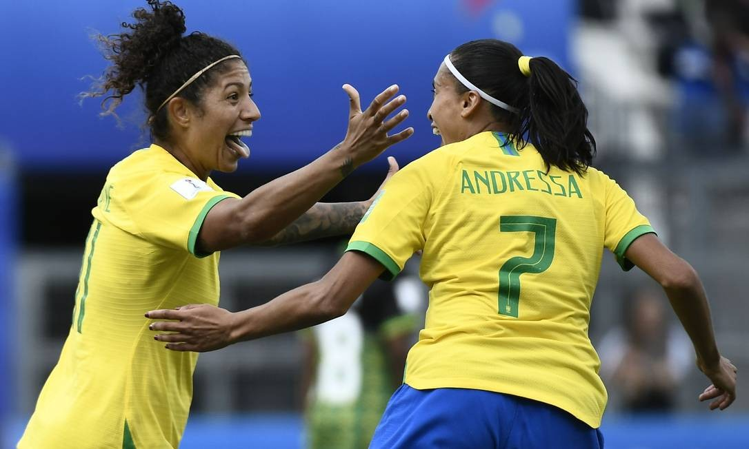 Cristiane comemora com Andressa um dos gols contra a Jamaica Foto: JEFF PACHOUD / AFP