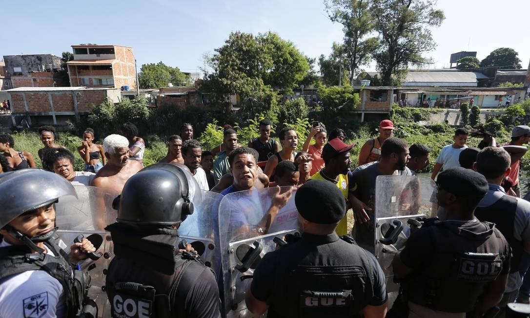 Ação da PM na manhã desta quarta-feira na Cidade de Deus gerou pânico e clima de guerra no confronto com traficantes Foto: Pablo Jacob / Agência O Globo
