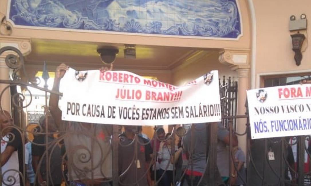 São Januário amanheceu com faixas de protesto por slários atrasados Foto: Renan Moura/Rádio Globo