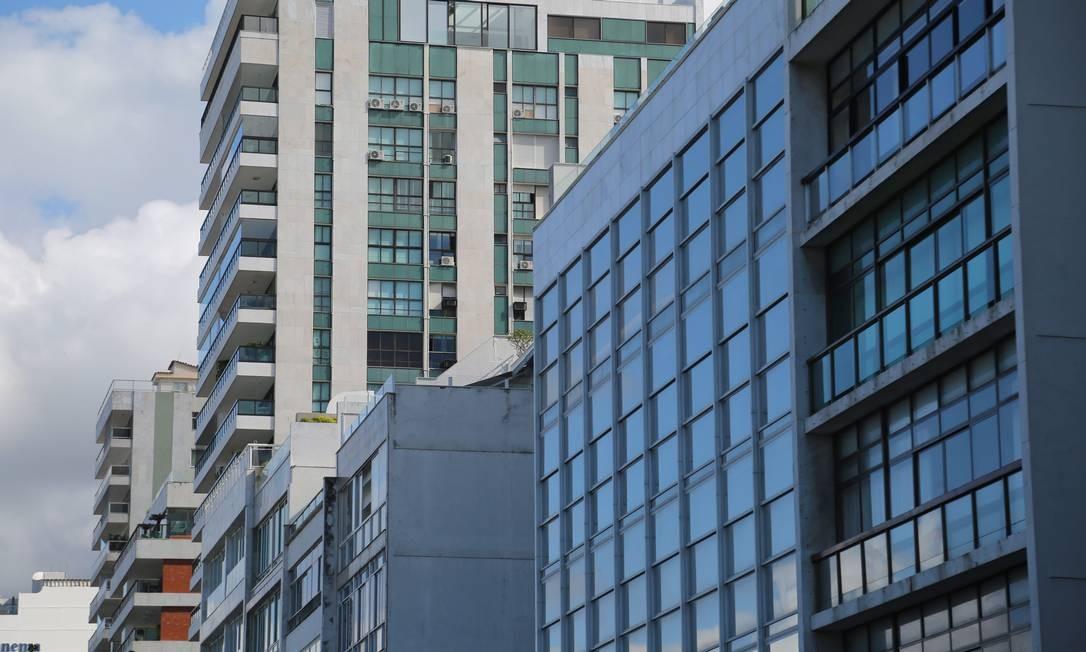 Na Zona Sul do Rio, a proporção do peso da taxa de condomínio no aluguel subiu. Em Ipanema, ela foi de 11%. Na foto, prédios na Av. Vieria Souto Foto: Custodio Coimbra / Agência O Globo