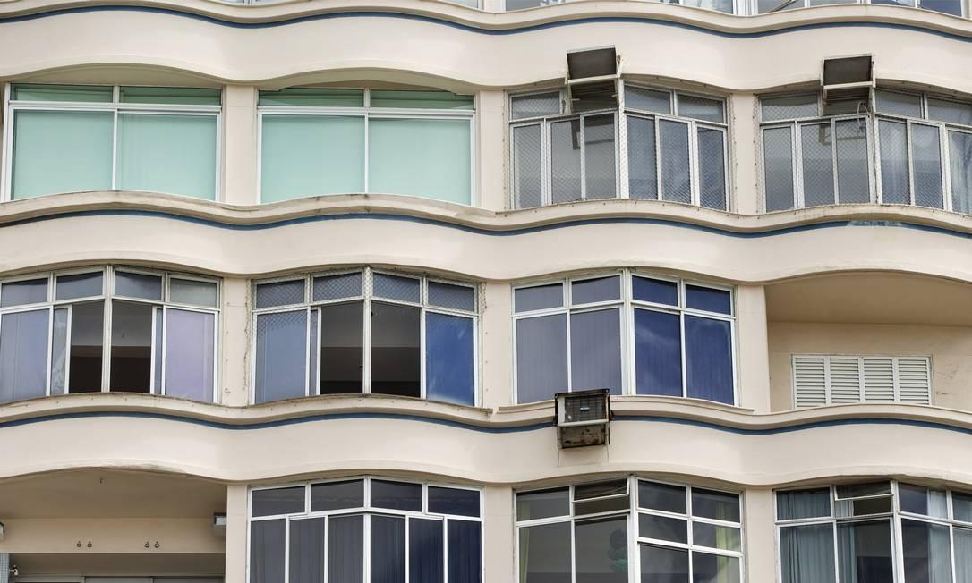 Em Copacabana a taxa condominial já é equivalente a 14,9% do aluguel. Fachada de prédio na Av. Atlântica Foto: Ana Branco / Agência O Globo