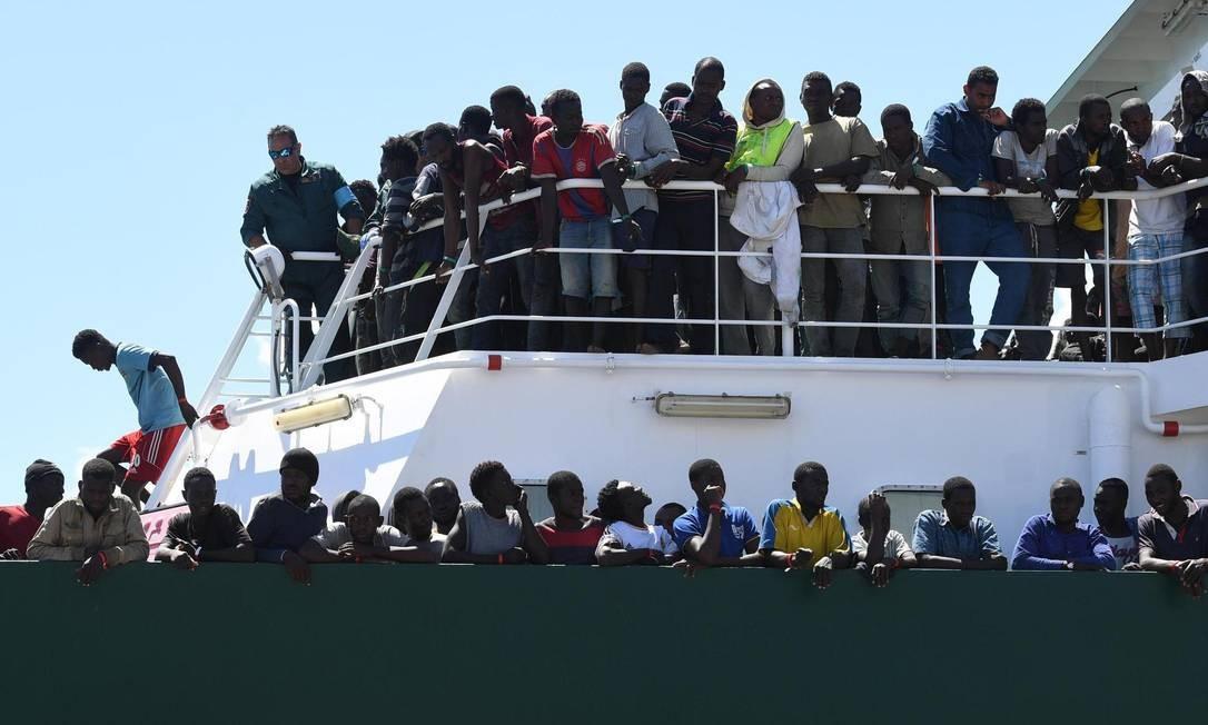 Imigrantes resgatados no Mediterrâneo esperam para desembarcar na Itália, em 2017 Foto: Ciro Fusco / AP