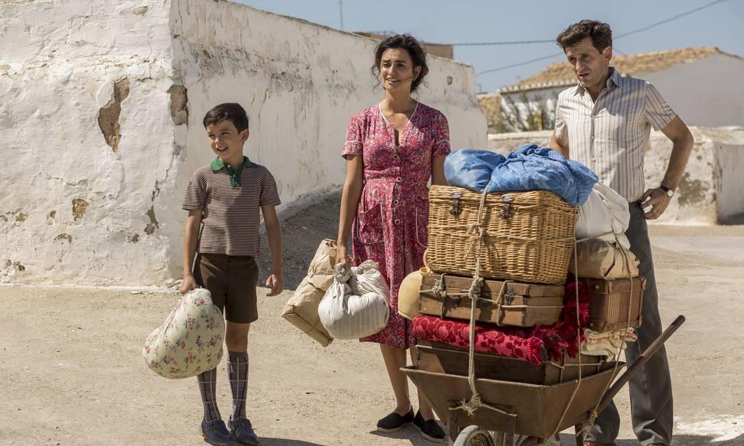 Penélope Cruz entre Asier Flores e Asier Etxeandia em cena do filme 'Dor e Glória' Foto: Divulgação