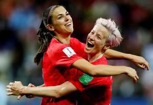 As craques da seleção americana Alex Morgan e Megan Rapinoe comemoram o 12º gol sobre a Tailândia na estreia da Copa do Mundo Foto: CHRISTIAN HARTMANN / REUTERS