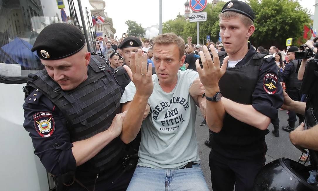 O opositor Alexei Navalny é detido pela polícia Foto: MAXIM SHEMETOV / REUTERS