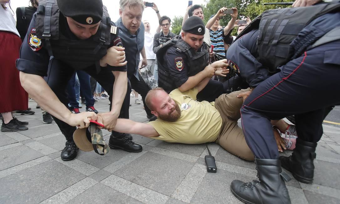 """No total, 500 pessoas foram presas por participarem do protesto em Moscou. Mais de mil pessoas ocuparam as ruas do Centro da capital russa, gritando frases como """"Rússia livre"""" e """"Rússia sem Putin"""" Foto: MAXIM SHEMETOV / REUTERS"""