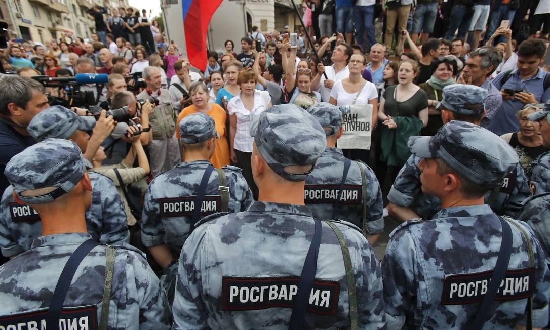 Homens da Guarda Nacional da Rússia bloqueam participantes de manifestação em apoio ao jornalista russo Ivan Golunov, libertado na terça-feira Foto: MAXIM SHEMETOV / REUTERS