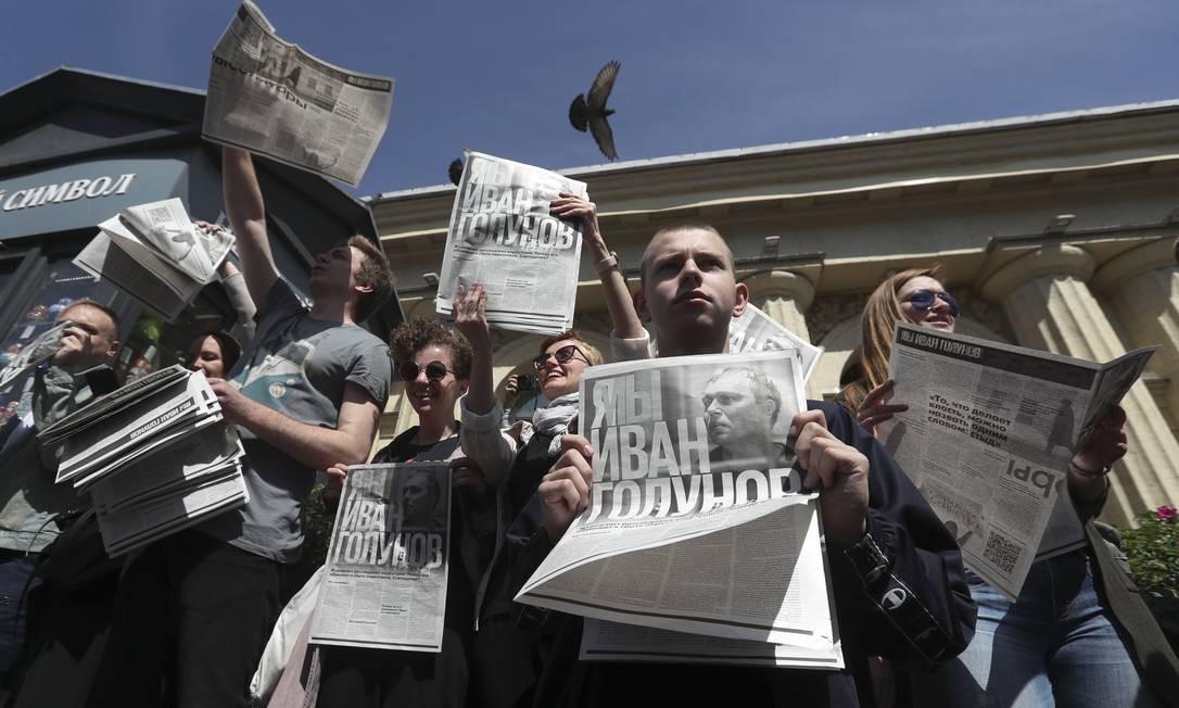 Manifestantes seguram jornais produzidos para a protesto em apoio ao jornalista investigativo russo Ivan Golunov Foto: ANTON VAGANOV / REUTERS