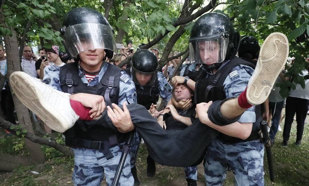 Parte significativa dos detidos são ativistas e jornalistas. Na sexta, 15 pessoas já haviam sido presas em protestos a favor do repórter Foto: SHAMIL ZHUMATOV / REUTERS
