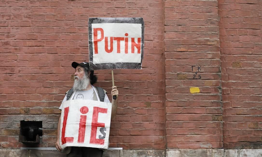 "Manifestante segura cartazes em que se lê ""Putin mentiras"", durante protesto na capital russa Foto: SHAMIL ZHUMATOV / REUTERS"