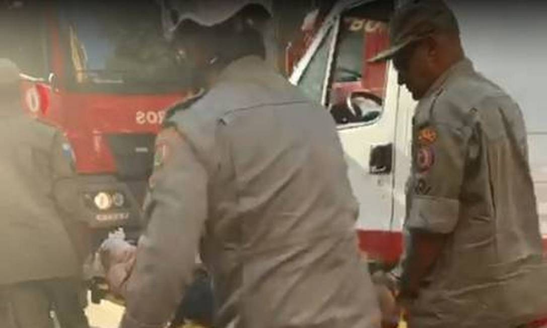 Vítima sendo socorrida pelos bombeiros após a explosão Foto: Imagem/Whatsapp do Jornal Extra